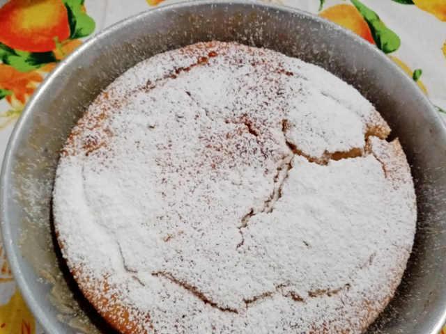 Torta di ricotta soffice senza uova semplice con mandorle  con zucchero a velo