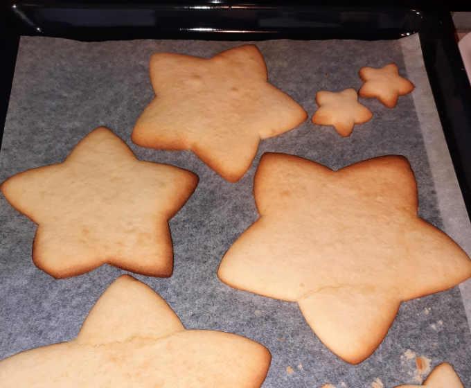 preparazione stelle per albero in frolla senza glutine
