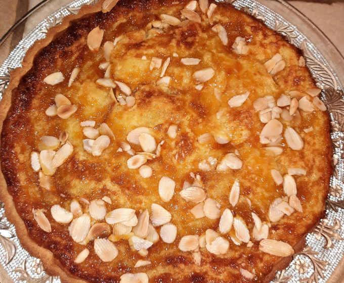 Crostata senza glutine con crema marmellata e lamelle di mandorle cotta