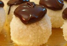 Palline al cocco ricotta cioccolato bianco ricoperte di cioccolato fondente