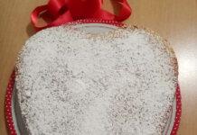 Torta cuore con acquafaba e cioccolato sofficissima con zucchero a velo
