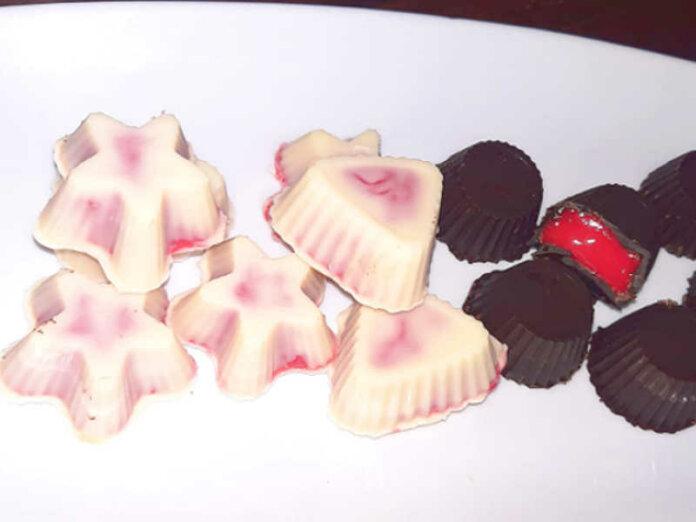 Cioccolatini ripieni di glassa rossa al cioccolato bianco e fondente