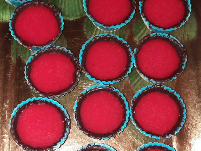Cioccolatini al fondente con glassa rossa
