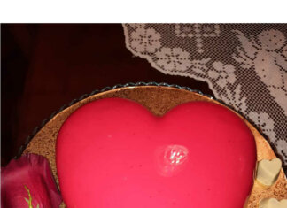 Torta cuore con glassa a specchio rossa straordinaria