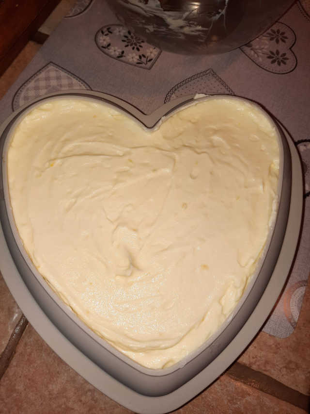 Stampo cuore ricoperto con mousse al cioccolato bianco