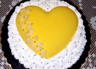 Crostata mimosa moderna con cuore al cioccolato bianco