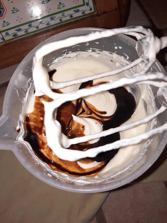 preparazione mousse al cioccolato bianco e caffè