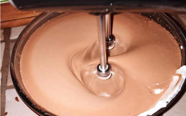 preparazione mousse al cioccolato al latte