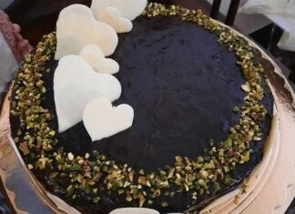 Torta con crema al pistacchio e glassa al cioccolato senza glutine