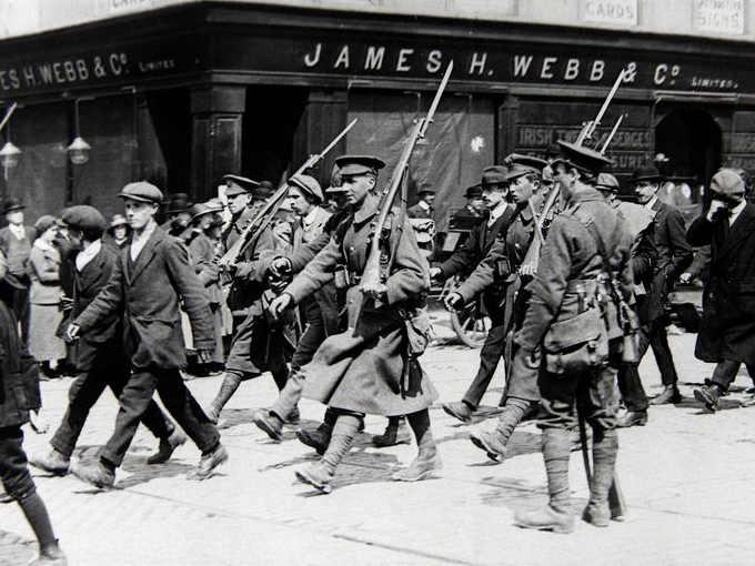 An Rialtas Sealadach, la Rivolta di Pasqua del 1916 soldati inglesi con i ribelli prigionieri