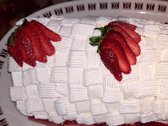 decoro del Rotolo con crema pasticcera e fragole ricetta favolosa