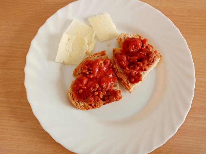crostini con Sugo di salsiccia e carne
