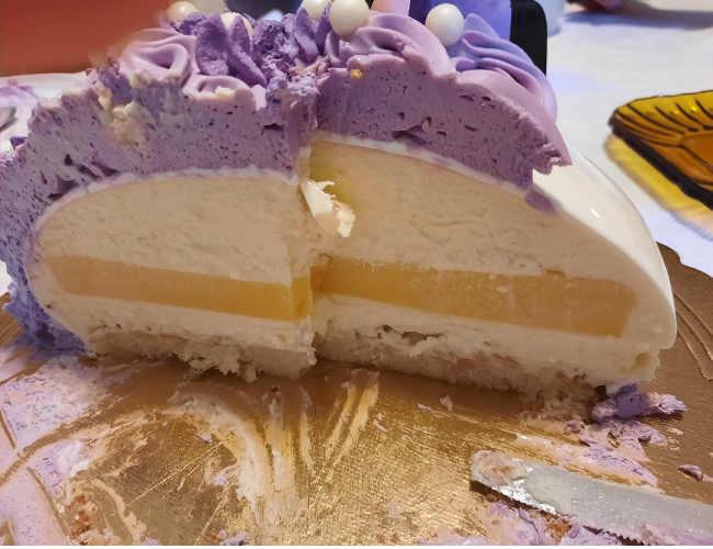interno Torta moderna compleanno con lemon curd e dacquoise alle mandorle