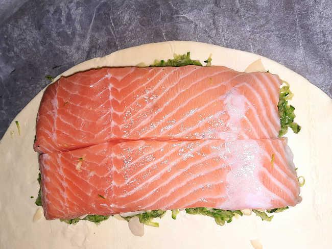 salmone su letto di zucchine