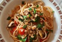 Spaghettoni a modo mio ricetta con cozze e taralli pugliesi