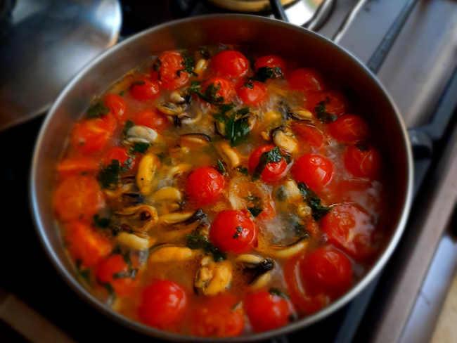 Preparazione sugo per spaghettoni con cozze e taralli