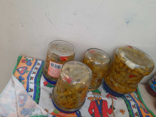 barattoli di sparagi ricetta con peperoncino a raffreddare a testa in giù