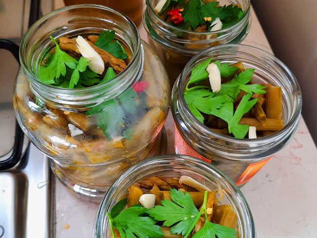 Barattoli con asparagi e aggiunta di prezzemolo e  aglio