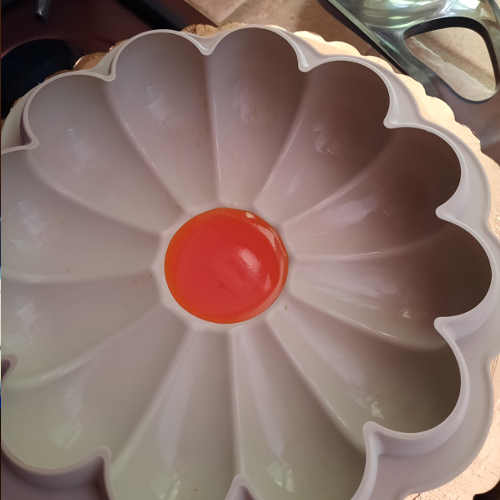 gelatina arancio nel centro dello stampo