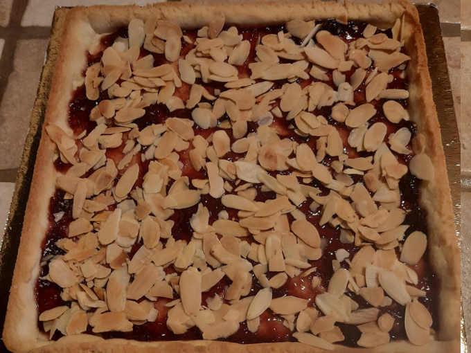 crostata con confettura di ciliegie e lamelle di mandorle